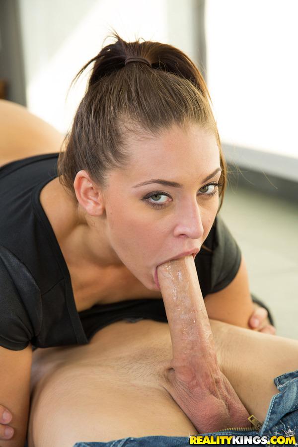 Femme sexy toute nue sur le 32