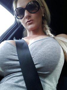 femme nue du 39 fait une gorge profonde
