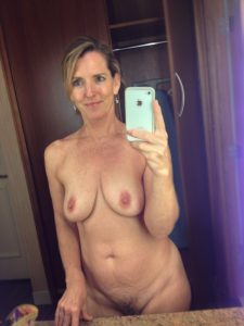femme sexy du 28 montre ses gros seins